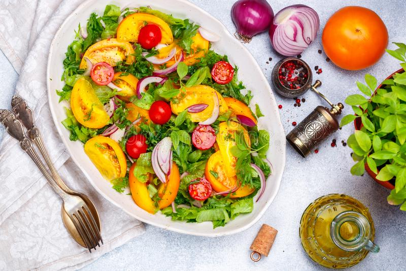 Ensalada vegetariana fresca de tomates coloridos fotografía de archivo