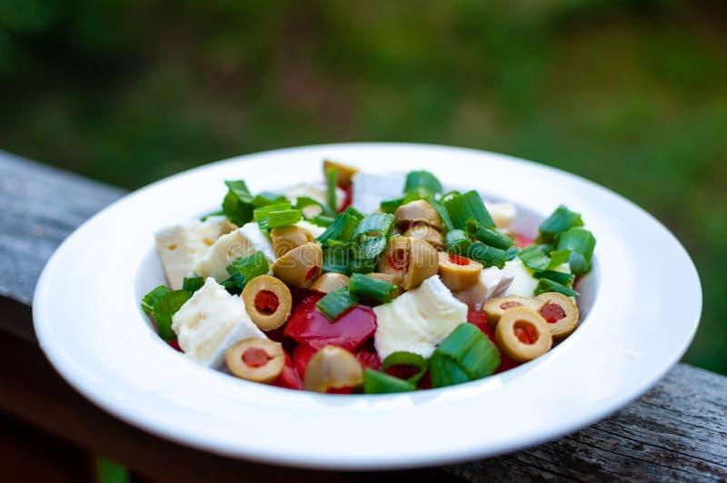 Ensalada vegetariana simple con las verduras frescas I fotografía de archivo libre de regalías
