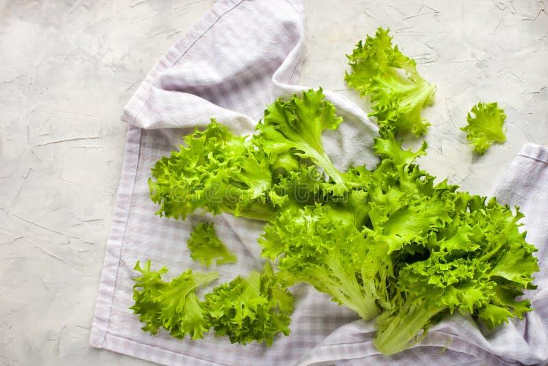 Ensalada verde cruda fresca de la lechuga de iceberg del frillice fotografía de archivo