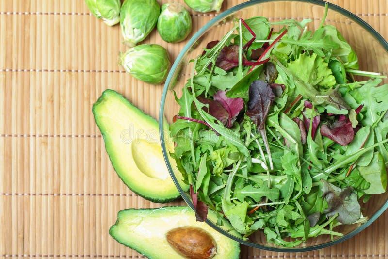 Ensalada verde fresca con espinaca, arugula, aine de la ROM y bróculi y imágenes de archivo libres de regalías