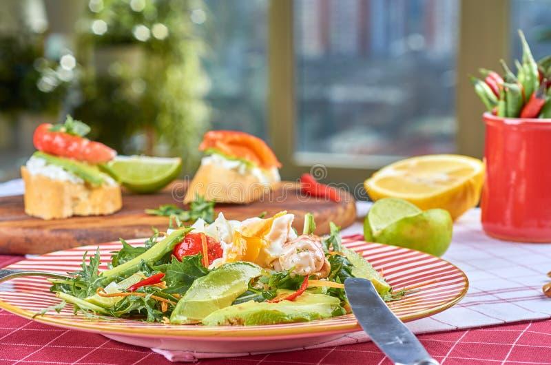 Ensalada verde fresca con los camarones y el huevo escalfado fotos de archivo