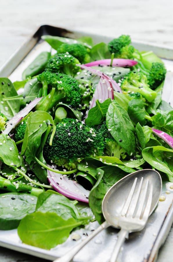 Ensalada verde sana con las semillas y el bróculi fotografía de archivo libre de regalías