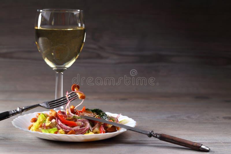 Ensalada y vidrio vegetales con la copa foto de archivo libre de regalías
