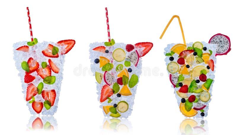 Ensaladas de fruta con los cubos de hielo en el fondo blanco ilustración del vector