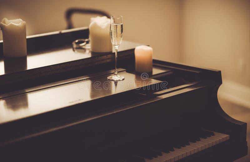 Ensam afton med pianot arkivfoton