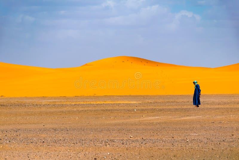 Ensam berberman som går i öknen, Merzouga, Sahara Desert, Marocko arkivfoton