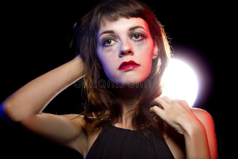 Ensam berusad kvinna på en nattklubb royaltyfri fotografi