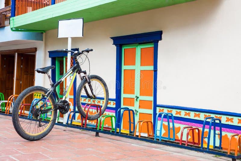 Ensam cykel som parkeras på en färgrik kugge på den härliga Guatapen royaltyfria bilder