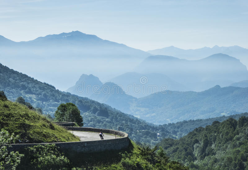 Ensam cyklist i bergen royaltyfri bild