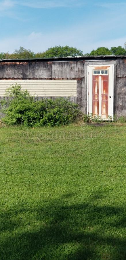 ensam dörr arkivfoton