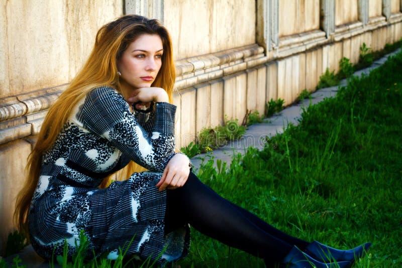 ensam eftertänksam SAD sittande ensamhetkvinna royaltyfri fotografi