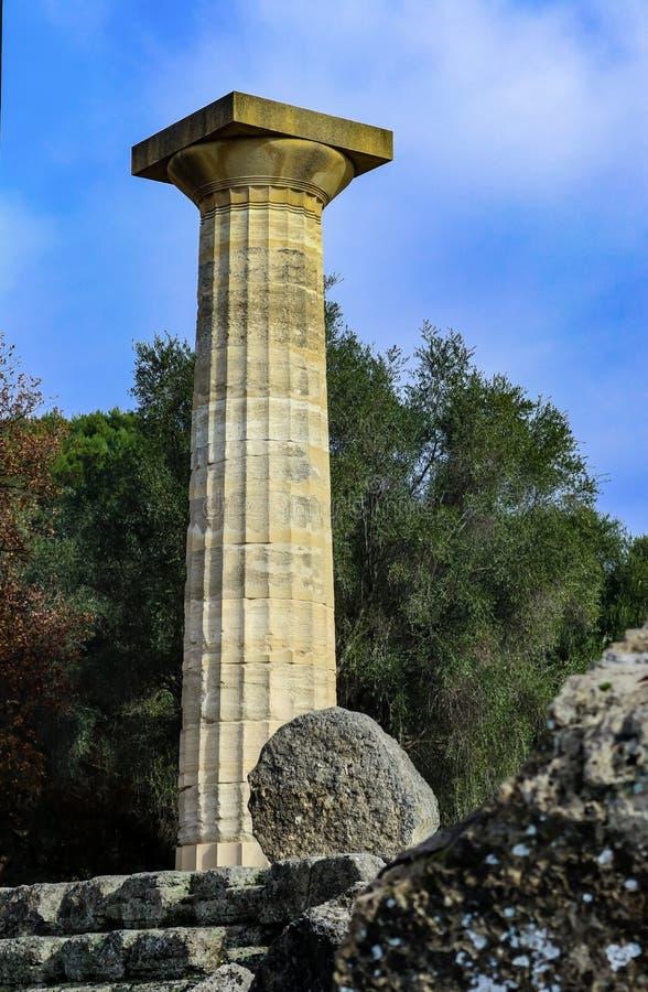 Ensam enorm existerande pelare av templet av Zeus på forntida runis i Olympia Greece - plats av de första OS:erna royaltyfria foton
