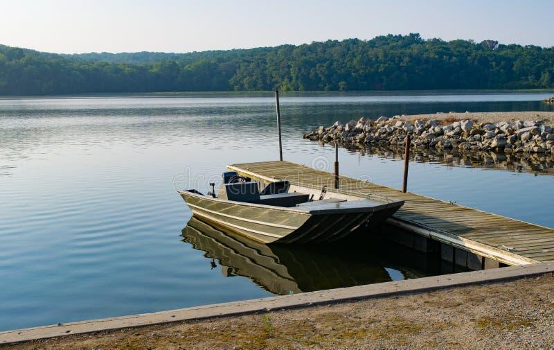 Ensam fiskebåt på den sjöWapello delstatsparken i Iowa royaltyfri foto