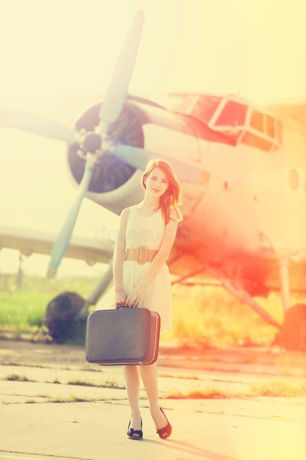 Ensam flicka med resväska royaltyfri fotografi