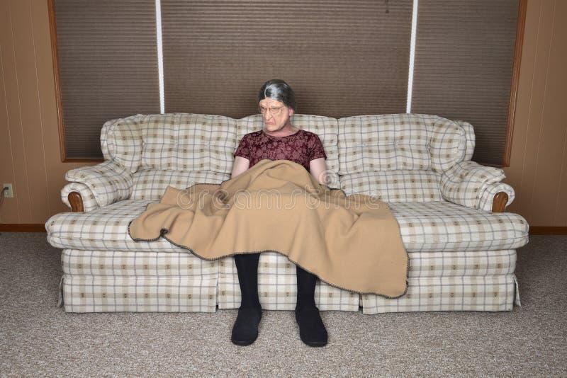 Ensam gammal hög äldre kvinna som är ledsen och fotografering för bildbyråer