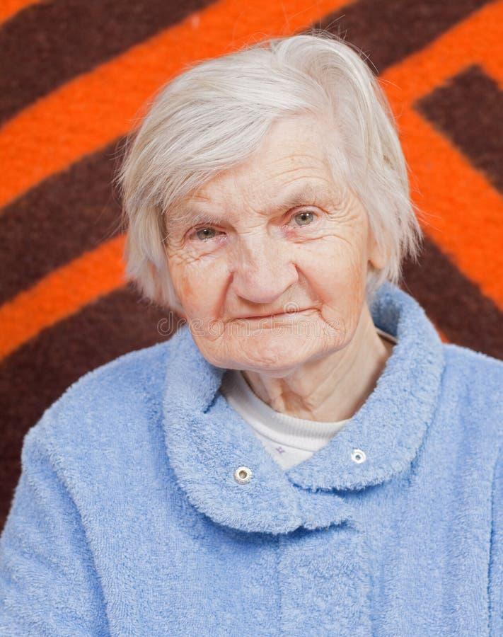 ensam gammal kvinna royaltyfri foto