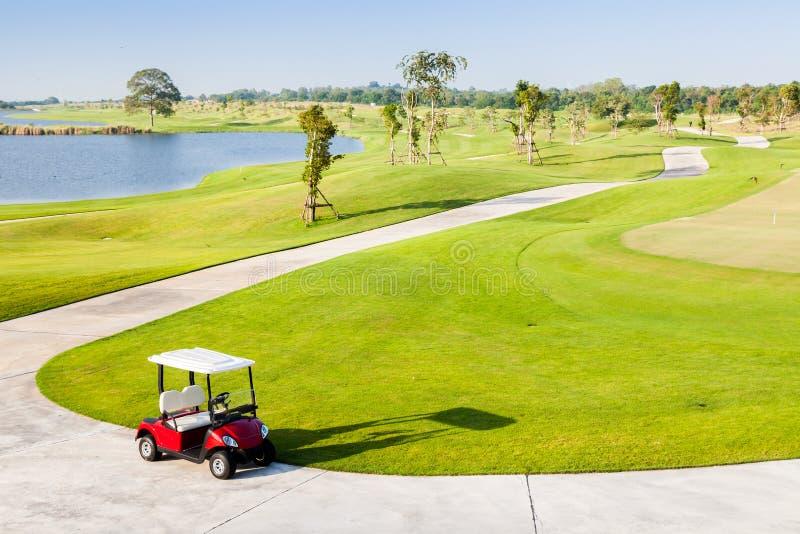 Ensam golfvagn i golfklubb fotografering för bildbyråer