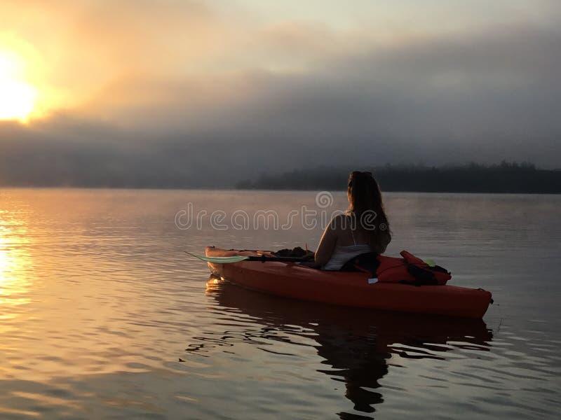 Ensam kayaker på sjön Masabesic royaltyfri bild