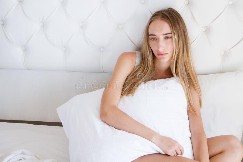Ensam kvinna, flicka som bara sitter på säng Låt ` s bli tillsammans royaltyfri bild