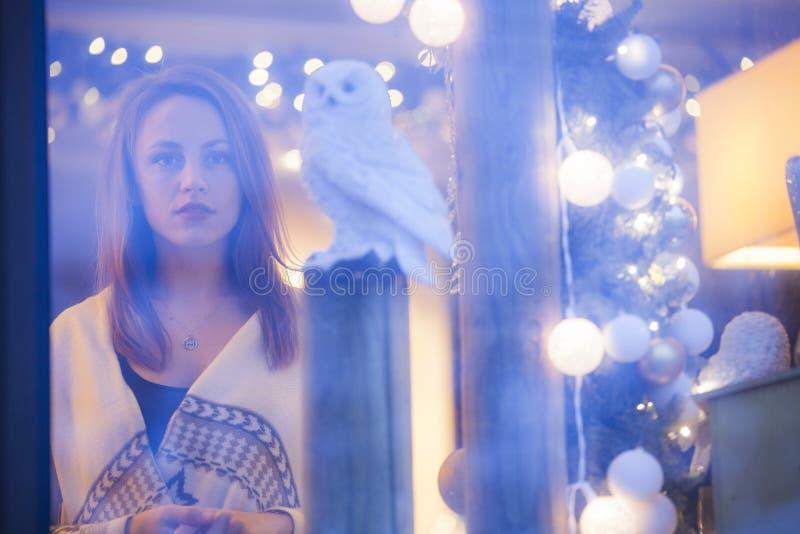 Ensam kvinna med den vita ugglan fotografering för bildbyråer