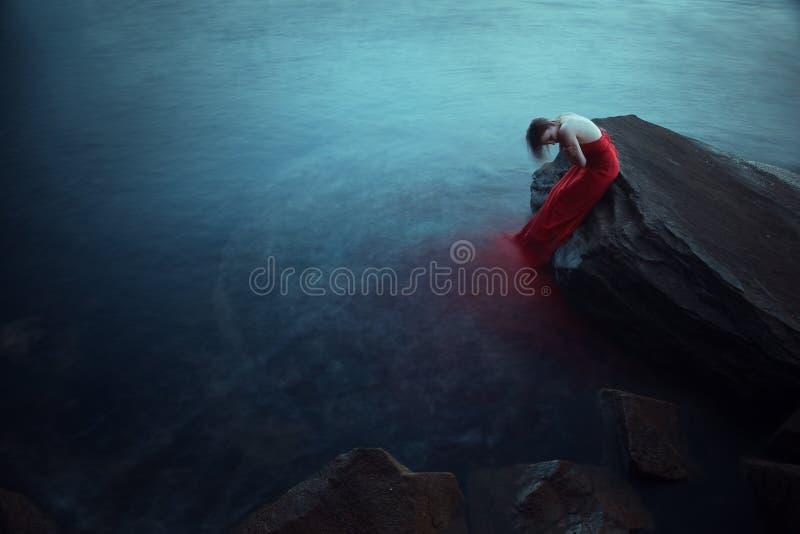 Ensam kvinna nära havet royaltyfri bild