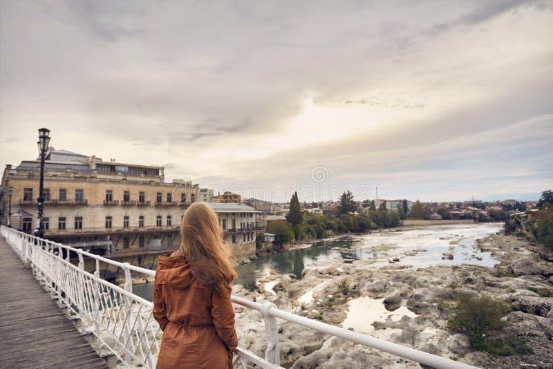 Ensam kvinna på bron royaltyfri bild