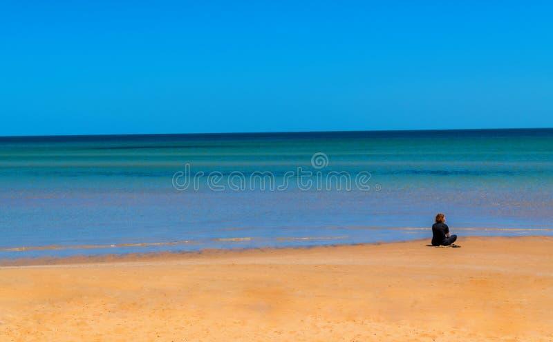 Ensam kvinna på stranden fotografering för bildbyråer