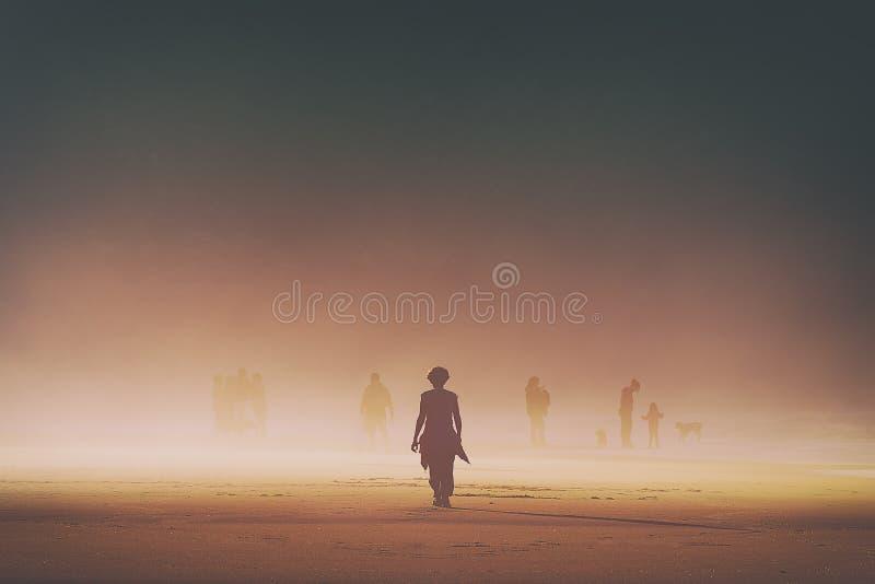 Ensam kvinna som går på stranden royaltyfri bild