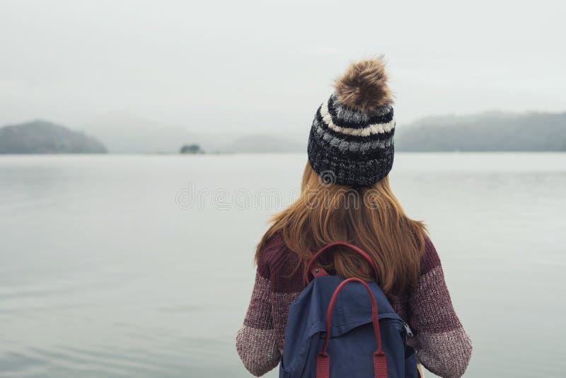 Ensam kvinna som står frånvarande sinnat royaltyfri foto