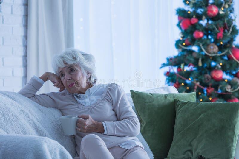 Ensam kvinnlig pensionär under jul royaltyfria foton