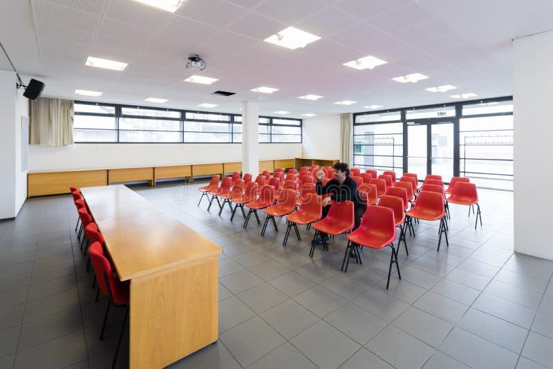 Ensam man i tomt konferensrum, begrepp royaltyfri bild