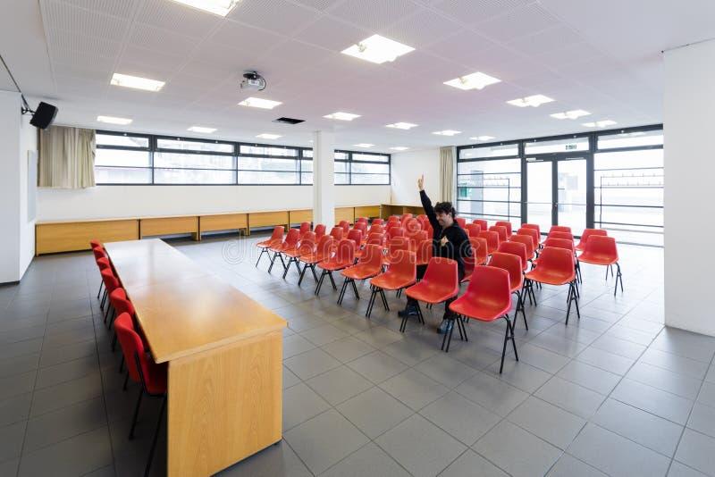 Ensam man i tomt konferensrum, begrepp arkivfoto