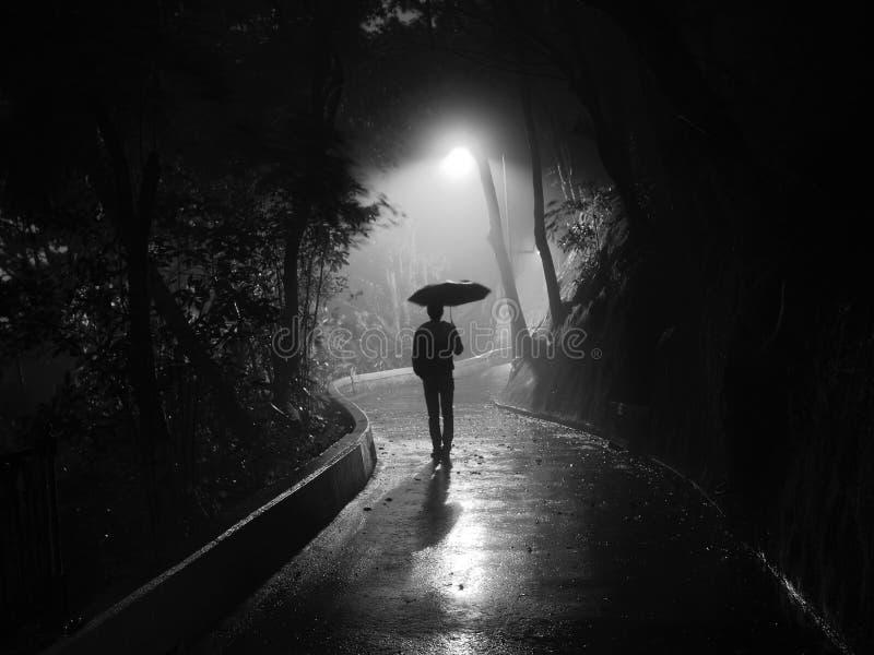 Ensam man som går i misten Hong Kong royaltyfri bild