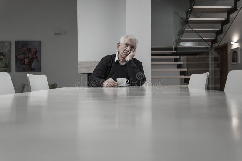 ensam manpensionär arkivbild