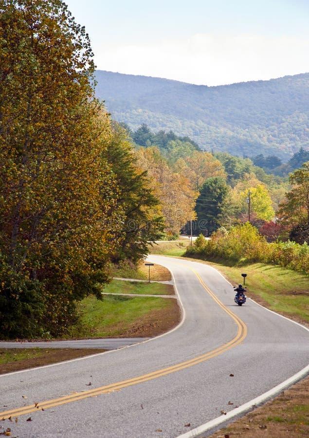 ensam motorcykel för höst arkivfoto