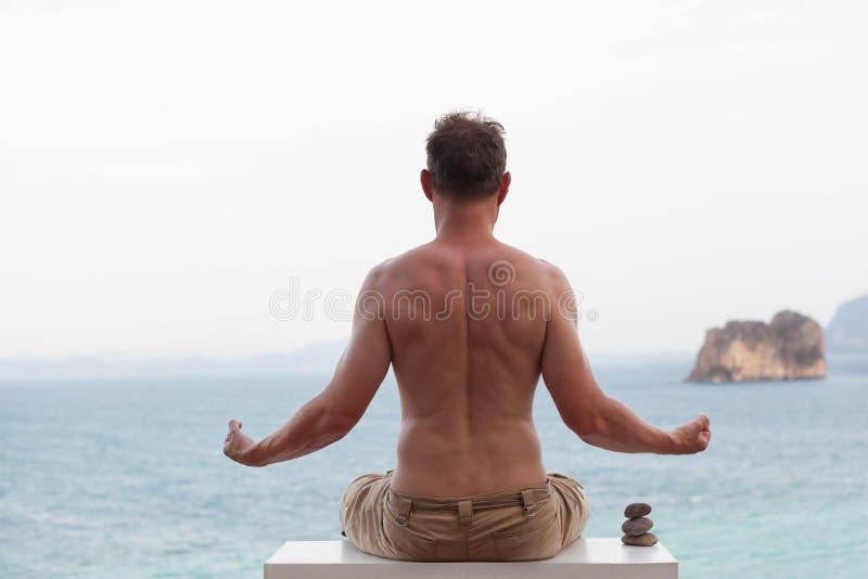 Ensam resande för ung man och meditera arkivbild