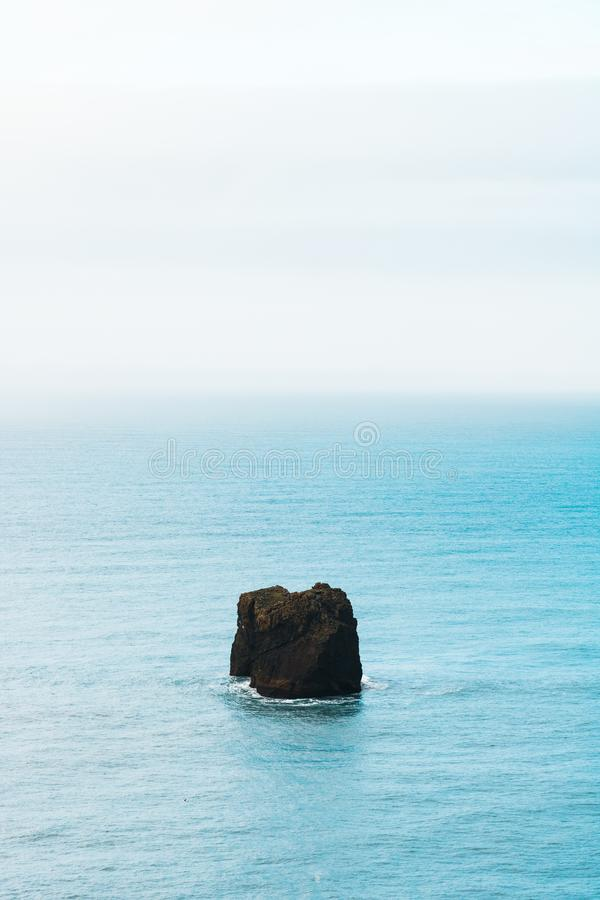 ensam rock arkivfoto