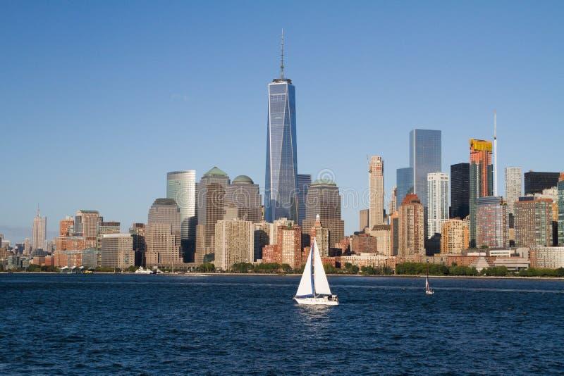 Ensam segelbåt framme av i stadens centrum New York arkivbild