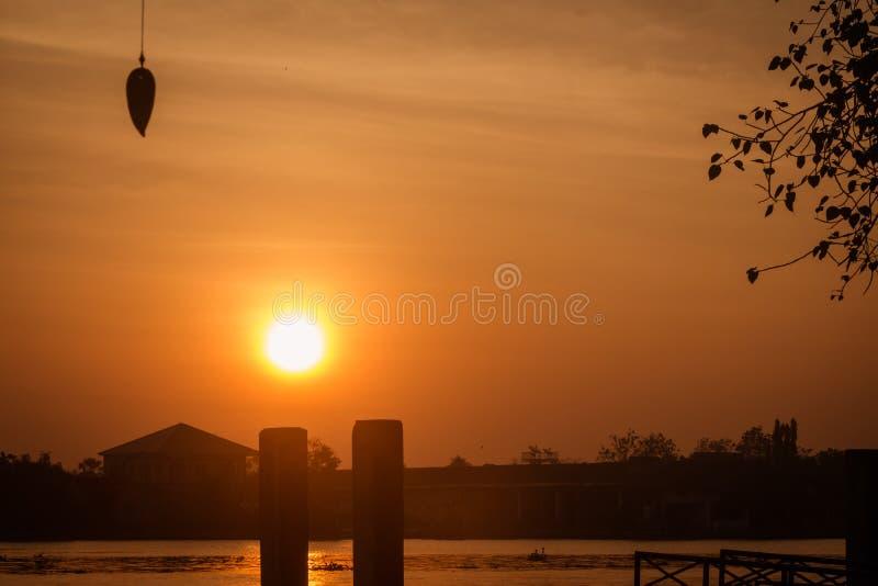 Ensam solnedgång på flodsidan, Samutsongkhram, Thailand royaltyfri bild