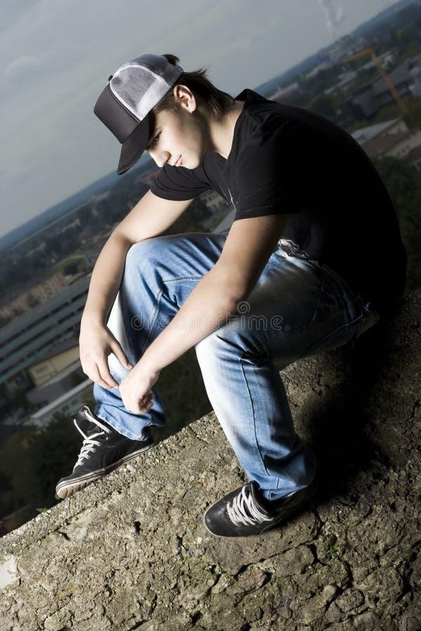 Ensam stilig ung tonårs- pojke royaltyfri fotografi