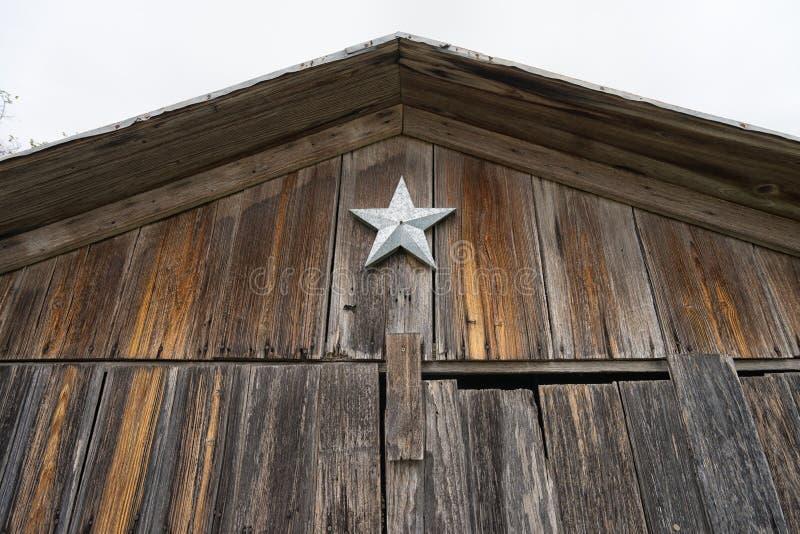 Ensam stjärna som installeras på en ladugård i Texas arkivfoto