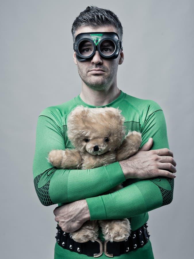 Ensam superhero som rymmer en nallebjörn arkivbild