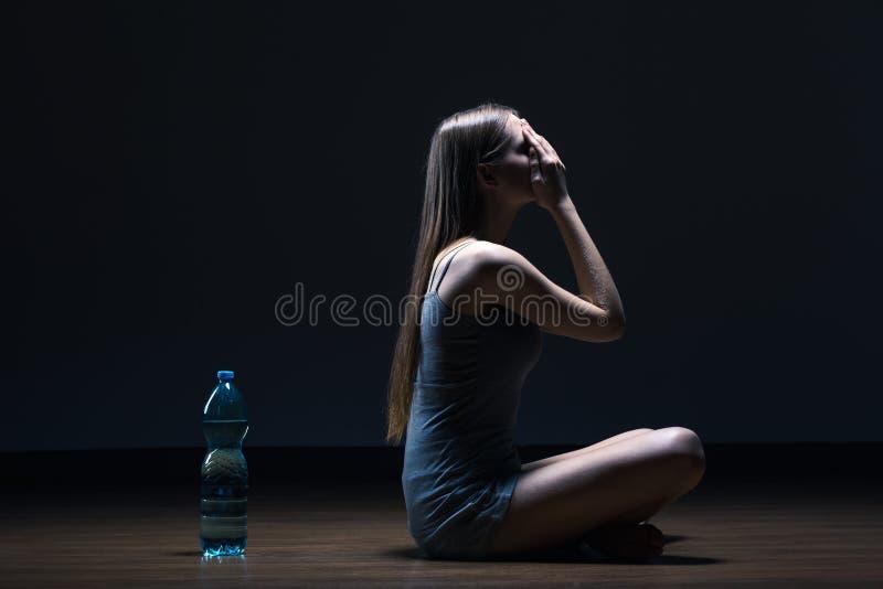 Ensam tonåring med att äta problem royaltyfria bilder