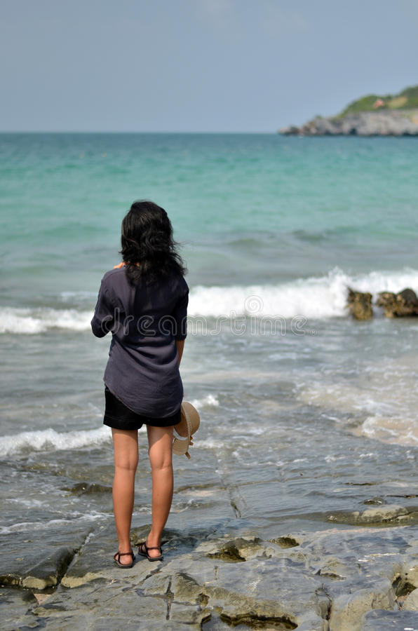 Ensam kvinna på stranden arkivbilder