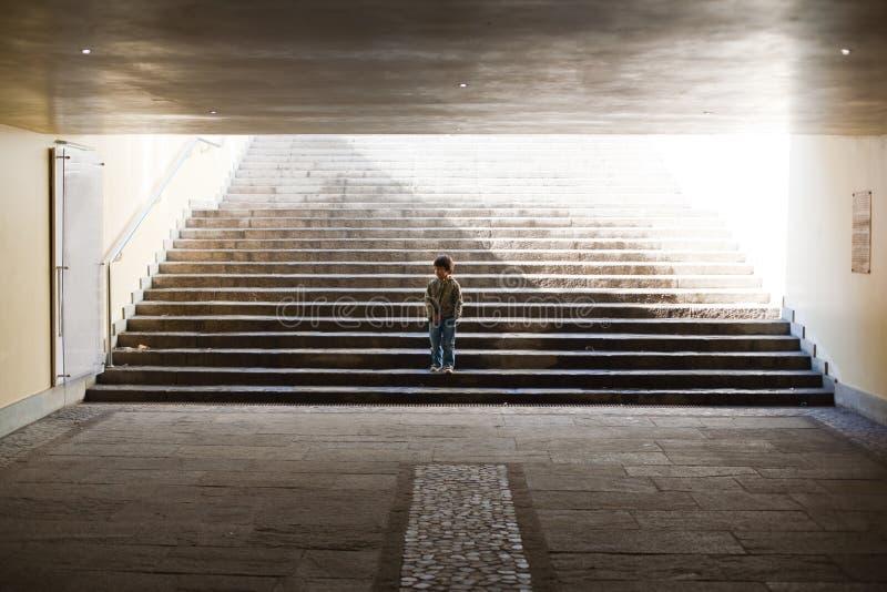 Ensam unge arkivbild