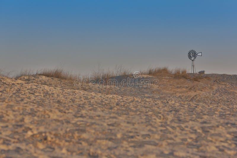 Ensam väderkvarn på den västra Texas öknen arkivbilder