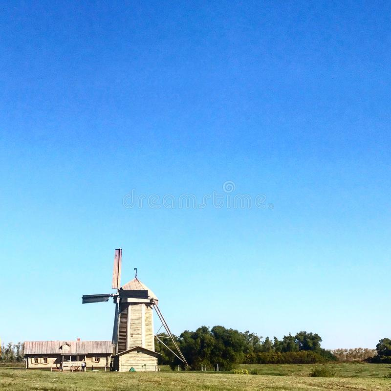 ensam windmill royaltyfri fotografi