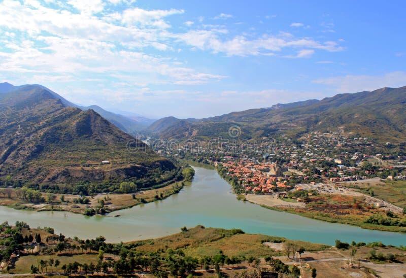 Ensambladura del río en las montañas y el fondo del cielo imágenes de archivo libres de regalías