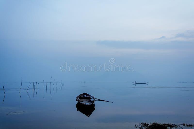 Ensamhet i bluehour arkivbilder