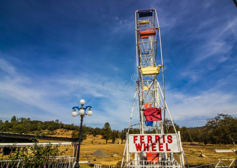 Ensamma Ferris Wheel In Disrepair royaltyfri foto